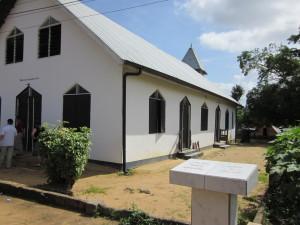 Februari 2011: Suriname, district Sapaliwini. In mei 2006 werd het binnenland van Suriname getroffen door zware overstromingen. Een gedenksteen in het dorpje Ladoani laat zien hoe hoog het water reikte tijdens de overstroming. Op sommige plaatsen steeg het water met bijna 2,5 meter (foto: René Hoeflaak)