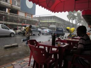 Schuilen in de Scorpiobar in Paramaribo (foto: René Hoeflaak)