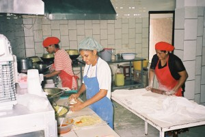 2006: Medewerkers van Chris Rotishop aan de Kwattaweg (foto: René Hoeflaak)
