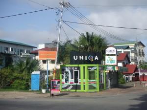Geldwisselkantoor en ATM tegenover Torarica Hotel (foto: René Hoeflaak)