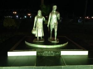 Baba en Mai monument aan de Kleine Combeweg in Paramaribo, 21 november 2014 (foto: René Hoeflaak