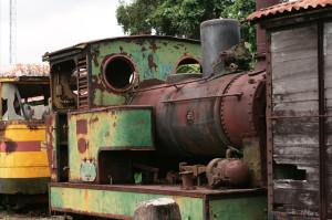 Oude locomotief op het station van Onverwacht in Para. (foto: Engel Weijs)