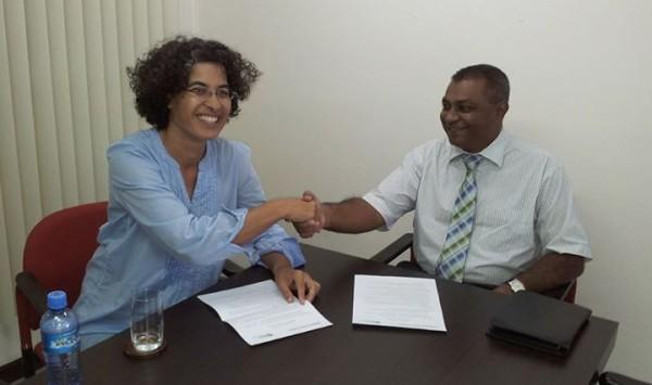 Monique Pool, voorzitter van de stichting GHFS, en Armand Bhagwandas, directeur van METS Travel & Tours (bron foto: Facebookpagina GHFS)