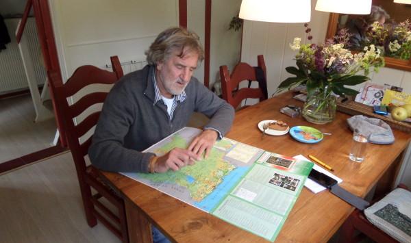 Engel Weijs aan de keurkentafel in Ankum (foto: René Hoeflaak)