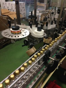 Diverse flessen, diverse merken in diverse formaten staan op de lopende band in de Rumfabriek van het S.AB. (foto: René Hoeflaak)