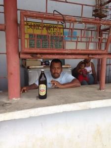 Verkoper in de bier- en broodjestent van het Eliazerstadion (foto: René Hoeflaak)