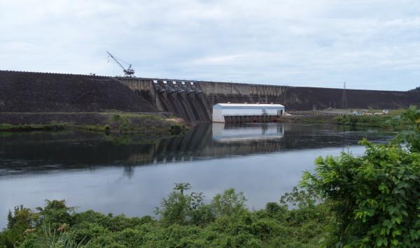 Suriname, Afobaka stuwdam bij het Brokopondomeer (foto: René Hoeflaak)