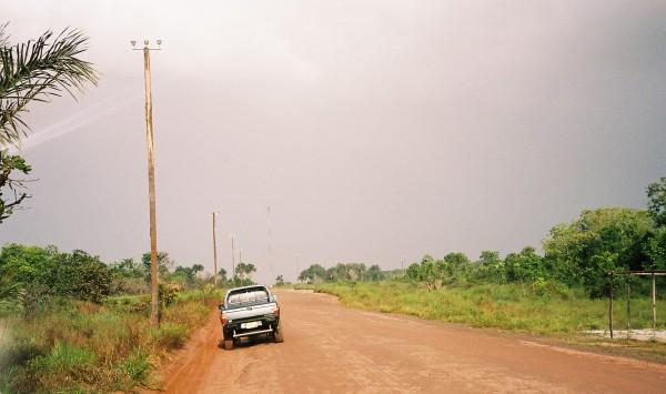 Suriname, 2006: Toen nog onverharde weg bij Colakreek (foto: René Hoeflaak)
