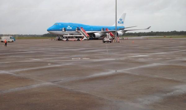 KLM vliegtuig op luchthaven Zanderij (foto: René Hoeflaak)