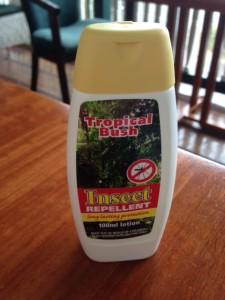 Flesje Tropical Bush. In Suriname en door Surinamers zelf op grote schaal gebruikte gel tegen muggen en Chukingunay (foto: René Hoeflaak)