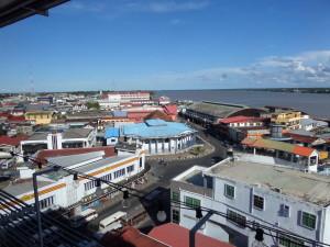 Uitzicht op Paramaribo vanaf de 7e etage van het hoofdkantoor aan de Hakrinbank (foto: René Hoeflaak)