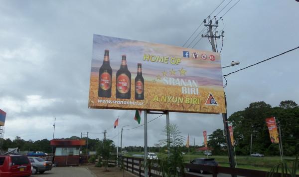 Paramaribo, november 2014: Reclamezuil bij de brouwerij van Sranan Biri  (foto: René Hoeflaak)