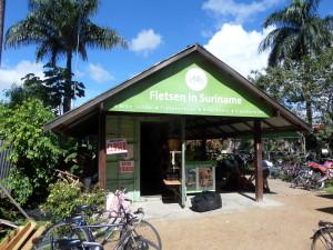 De werkplaats/stalling van Fietsen in Suriname aan de Grote Combeweg in het centrum van Paramaribo (foto: René Hoeflaak)
