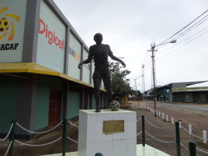 November 2014: standbeeld André Kamperveen stadion in Paramaribo (foto: René Hoeflaak)