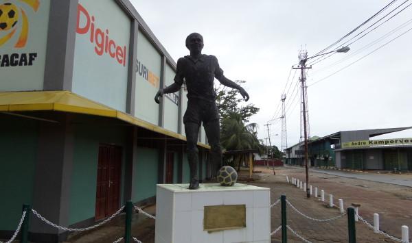 November 2014: standbeeld Surinaamse voetballegende André Kamperveen bij het gelijknamige voetbalstadion in Paramaribo (foto: René Hoeflaak)