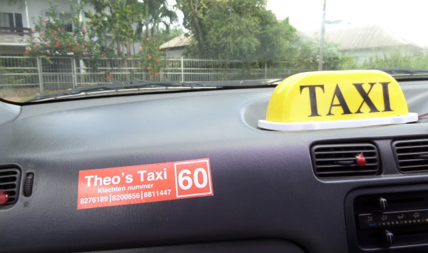 Een 'gewone' taxi in Paramaribo (foto: René Hoeflaak)