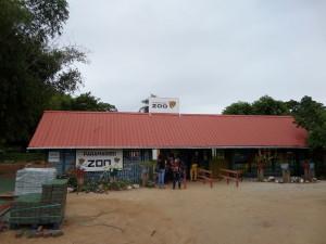 November 2014, Paramaribo Zoo. De nieuwe straatstenen liggen klaar (foto: René Hoeflaak).