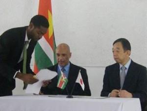 Ondertekening van het schenkingsdocument. Links de heer Rapprecht. Rechts de heer Sato (bron: www.starnieuws.com)