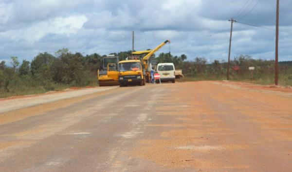 Start asfalteringswerkzaamheden rijweg naar Matta. (foto: FB pagina Commissariaat Para)