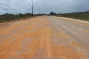 27 mei 2015: start asfalteringswerkzaamheden rijweg naar Matta. (foto: FB pagina Commissariaat Para)