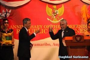 Augustus 2014: Robert Ameerali, en de ambassadeur van Indonesië, Nur Syahrir Rahardjo, brachten een toast uit op '69 jaar onafhankelijkheid in Indonesië (bron foto: Dagblad Suriname)