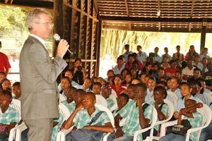 Ambassadeur Ernst Noorman opent in de Paramaribo Zoo de première van de historische documentaire (foto: De Dagblad De West))