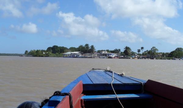 Suriname, met de boot van Paramaribo naar Fort Nieuwe Amsterdam (foto: René Hoeflaak)