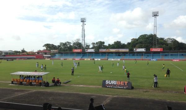 Suriname in actie tegen Guadeloupe (foto: René Hoeflaak)