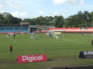 Paramaribo, Andre Kamperveenstadion, 29 maart 2016:  het Surinaamse voetbalelftal (in het wit) in  actie tegen Guadeloupe (foto: René Hoeflaak)