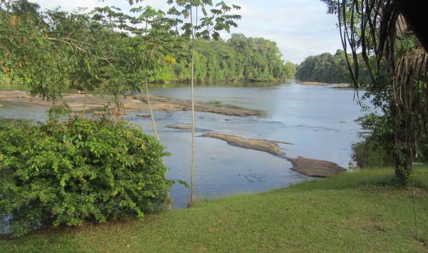 Rotsen in de Boven-Suriname rivier aan de oever van de Danpaati River Lodge (foto: René Hoeflaak)