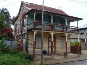 Paramaribo, pand aan de Costerstraat voor restauratie (foto: presentatie Stadsherstel Paramaribo)