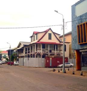 Zwartehovenbrugstraat 116, een van de 5 gerestaureerde panden, na restauratie. (foto: presentatie Stadsherstel Paramaribo)