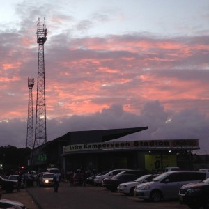 Donkere wolken boven het Surinaamse Andre Kamperveen voetbalstadion (foto: René Hoeflaak)