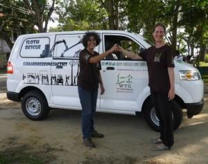 Daniela Schrudde, Project Directeur van WTG, (rechts)overhandigt de sleutels aan Monique Pool (foto: Facebookpagina WHFS)