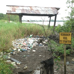 Maart 2016: afval aan de oevers van de Commewijne (foto: René Hoeflaak)