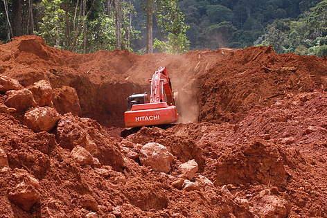 Goudmijn in Suriname.  Bij de goudwinning komt  schadelijk kwik vrij. (foto: www.nokwik.sr)