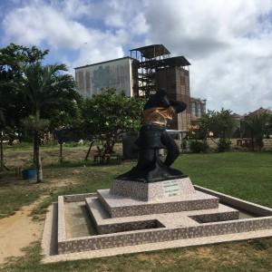 Suriname, Wageningen, 12 maart 2018: Standbeeld Alida met op de achtergrond de S.M.L. fabriek (foto: René Hoeflaak)