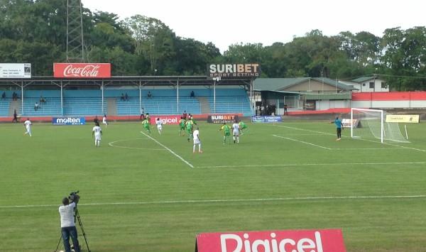 Het Surinaamse voetbalelftal tijdens de officiële voetbalinterland tegen Guadeloupe op 29 maart 2016 in Paramaribo (foto: René Hoeflaak)