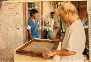 Suriname, 1992: Dorine Juray aan het werk in Fort Nieuw Amsterdam (foto: privé collectie Dorine Juray)