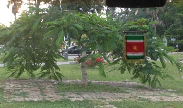 Mart 2016, busje vertrekt van af luchthaven naar Paramaribo (foto: René Hoeflaak)