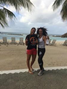 Jacqueline Janssens en Petra Pluimers tijdens een eerder clinic op Curaçao (foto: Jaqqueline Janssens)