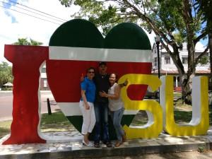 Tania en co. voor het 'I love Su' monument in Paramaribo (foto: René Hoeflaak)