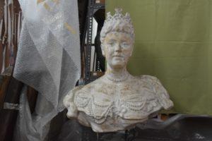 Borstbeeld uit 1909 van koningin Wilhelmina. Teruggevonden op zolder van depot Surinaams Museum